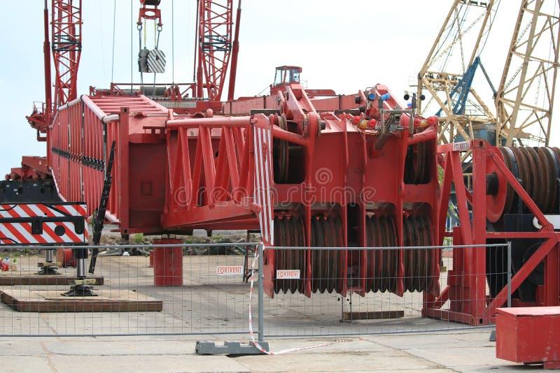 Des éléments de grue d'acier de haute puissance se trouvent sur le quai du port de yacht d'Hercules images stock