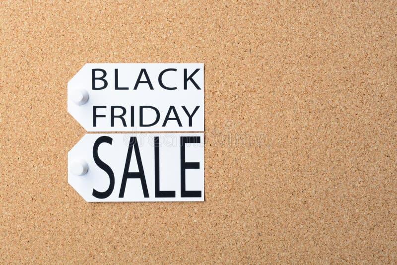 Des étiquettes de vente de Black Friday sont goupillées au panneau de liège image libre de droits