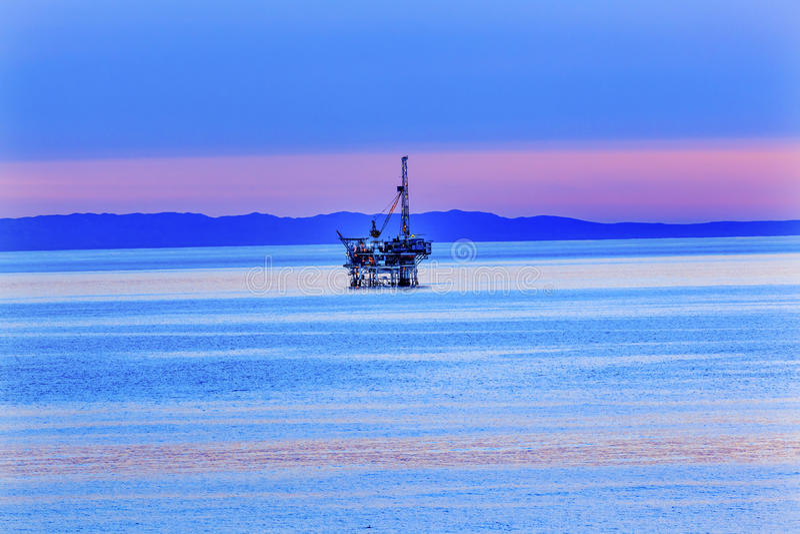 Des ölquelle-Pazifischen Ozeans Eilwood Offshoresonnenuntergang Kalifornien stockbild