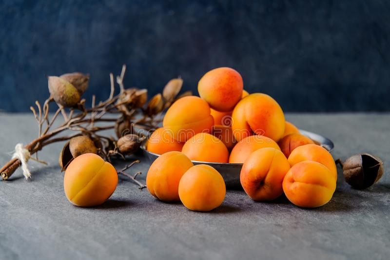 Des abricots dans un métal pial sont empilés images libres de droits