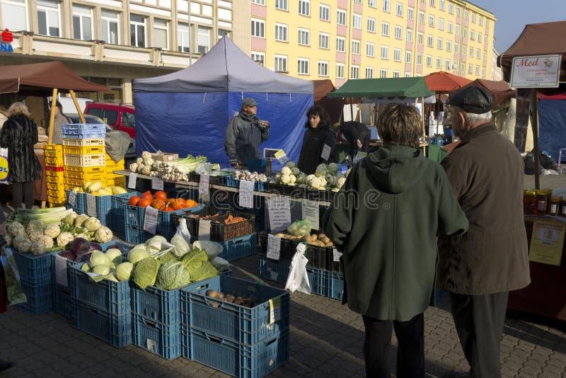 Des achats plus anciens de couples au marché de fermier d'automne de Prague image stock