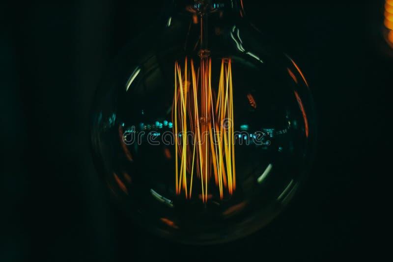 Des ampoules au néon jaunes ordinaires sont employées pour créer de belles oeuvres d'art Peut être trouvé en Thaïlande images libres de droits