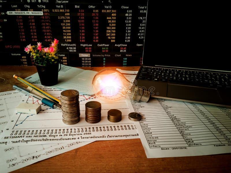 Des ampoules sont placées dans les documents d'entreprise et les concepts de comptabilité financière image libre de droits