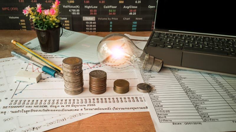 Des ampoules sont placées dans les documents d'entreprise et les concepts de comptabilité financière photographie stock