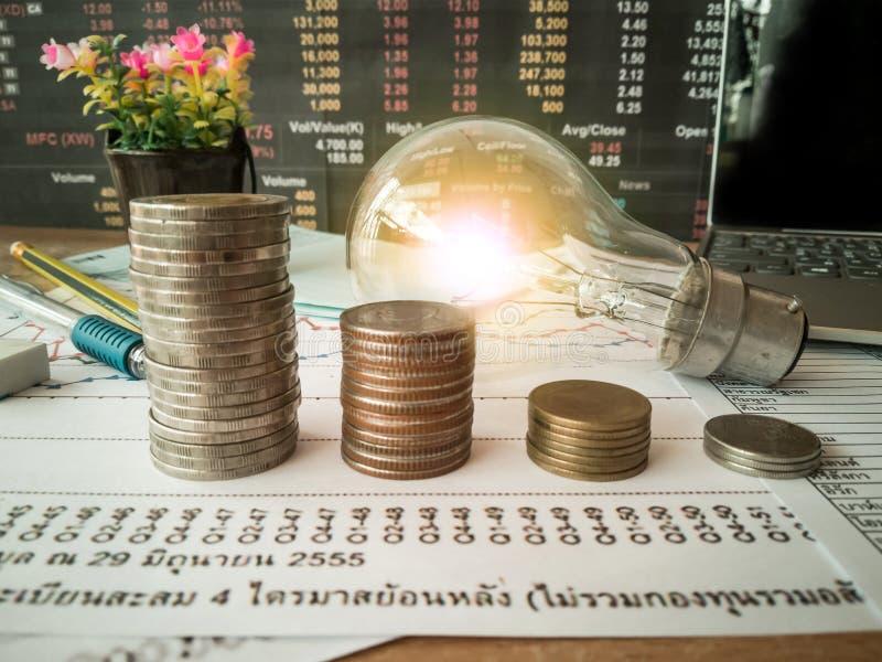 Des ampoules sont placées dans les documents d'entreprise et les concepts de comptabilité financière photo stock