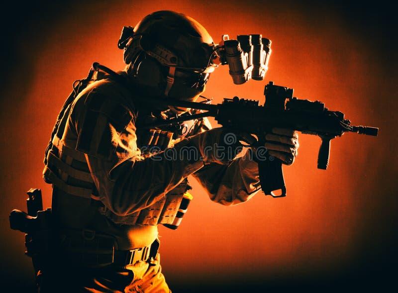 Des Angriffs-Teams der Armeebesonderen kräfte bewaffnete Infanterie stockbild