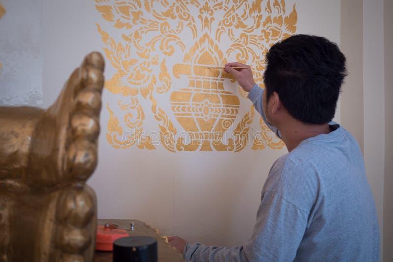 Des artisans qui peuvent peindre l'illustration par le mur de l'église doivent être formés et emploient la patience qui la procha photographie stock