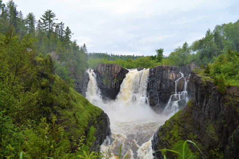 Des automnes élevés de la rivière de pigeon dans le transport grand, le Minnesota, Etats-Unis est les cascades transnationales d' photographie stock libre de droits
