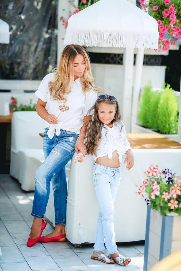 Des autres vacances du monde Portrait des voyageuses modernes de sourire de mère et d'enfant à Venise, Italie pendant l'automne image stock