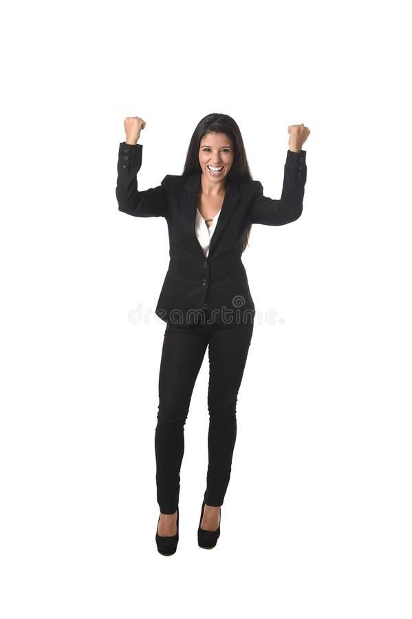 Des Büro-Gesellschaftsanzugs der lateinischen Geschäftsfrau bewaffnet das tragende lächelnde glückliche Steigen im Sieg lizenzfreies stockfoto