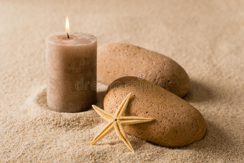 Des Badekurortes braune Kerze und Steine der Natur noch lizenzfreies stockfoto