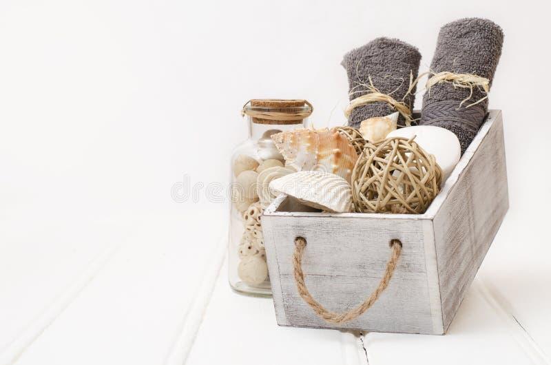 Des Badekurortes lebens- Tuch und Seife noch in einem alten Kasten stockfotos