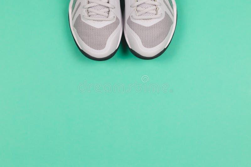 Des baskets grises en toile de fond turquoise Concept de vie saine et de formation quotidienne images libres de droits