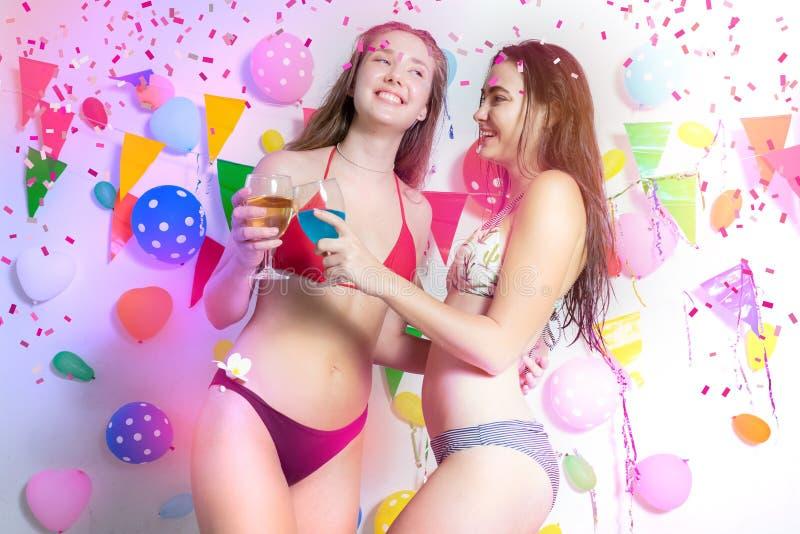Des Bikinitanzabendereignisses des sexy heißen Mädchens tragendes neues Jahr oder b stockfoto