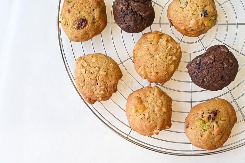Des biscuits faits maison sur un support filaire photo libre de droits