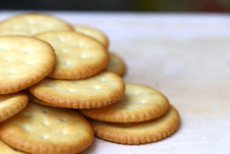Des biscuits sont empilés sur la table en bois avec le foyer sélectif images stock