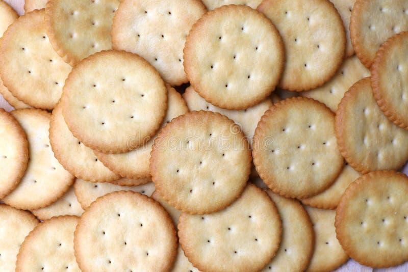 Des biscuits sont empilés sur la table en bois avec le foyer sélectif photo libre de droits