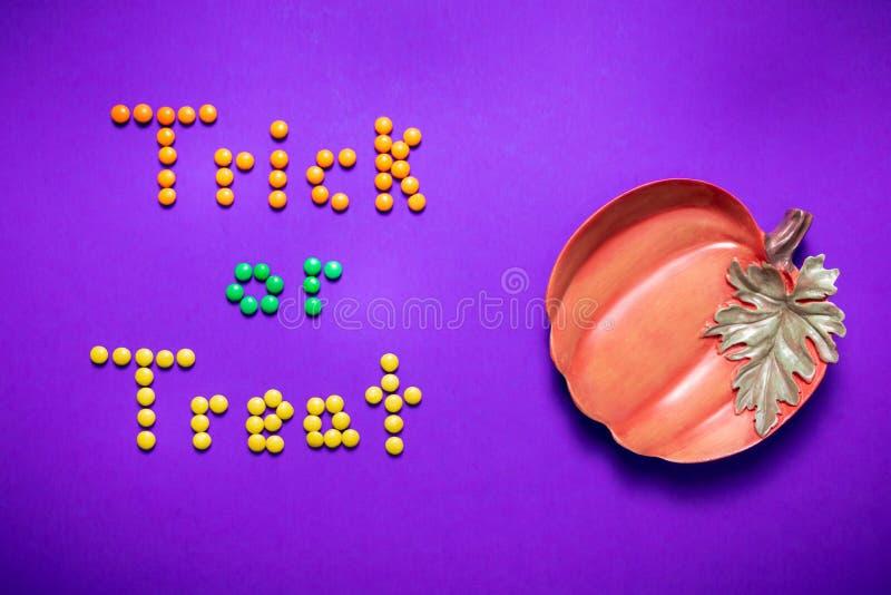 Des bonbons ou un sort défini en sucrerie de M&Ms de couleur pour Halloween image libre de droits