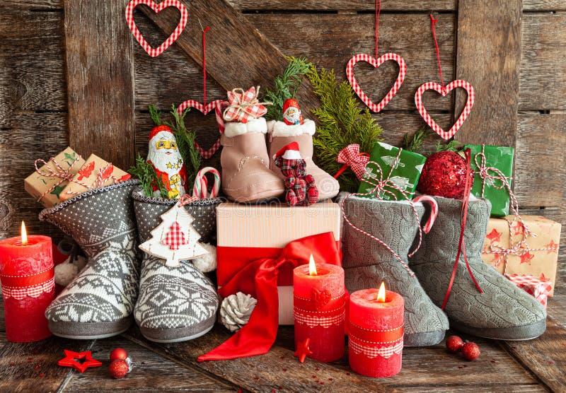 Des bottes avec des petits cadeaux et des bonbons image libre de droits