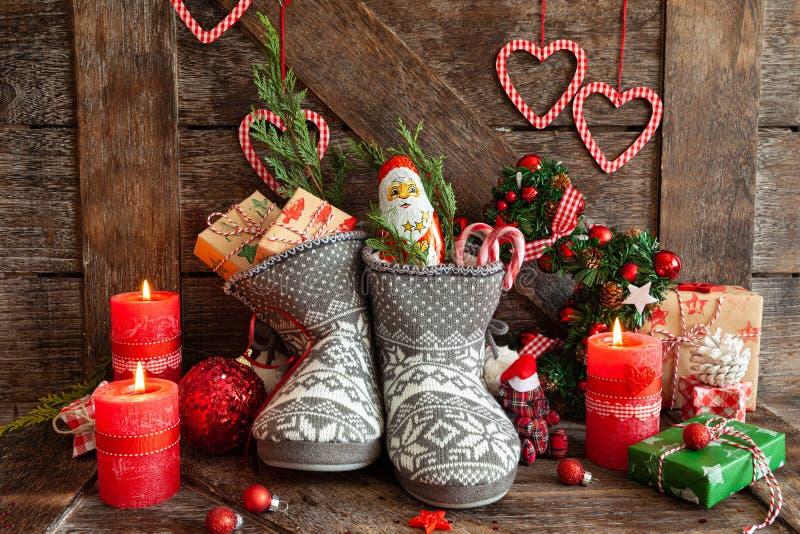 Des bottes avec des petits cadeaux et des bonbons image stock
