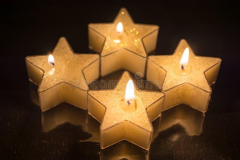 Des bougies formées quatre étoiles ont été allumées pour le quatrième avènement photos stock