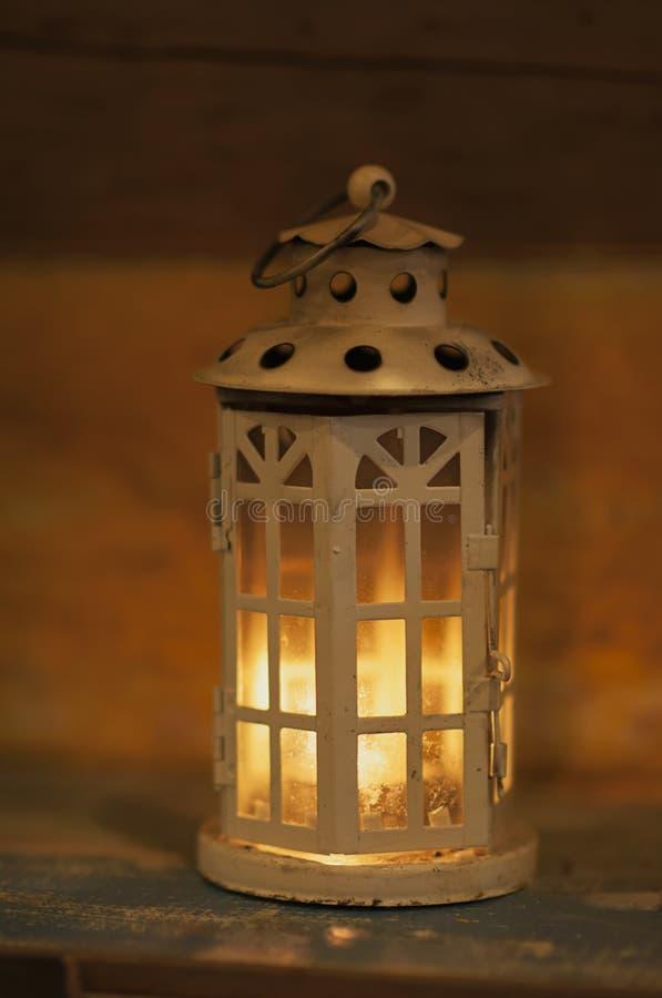 Download Des Bougies Ont été Allumées Pour Allumer La Lampe Illustration Stock - Illustration du blanc, conception: 87706601