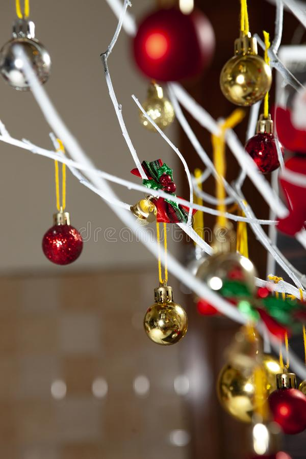 Des boules colorées ornements de noël accrochées à l'arbre de noël sur une planche en bois photo libre de droits