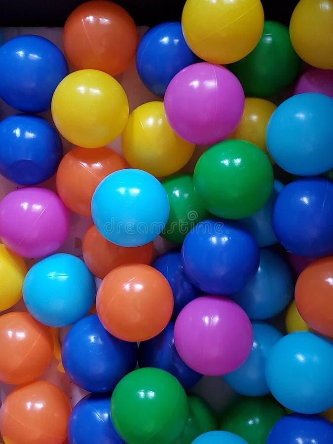 Des boules multicolores dans un ballon amusant images libres de droits