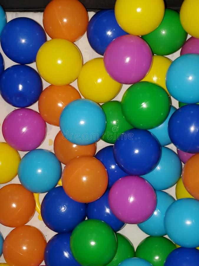 Des boules multicolores dans un ballon amusant photo stock