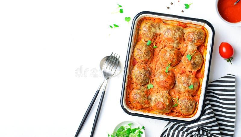 Des boulettes de viande à la sauce tomate sur un étoffe à pain image stock