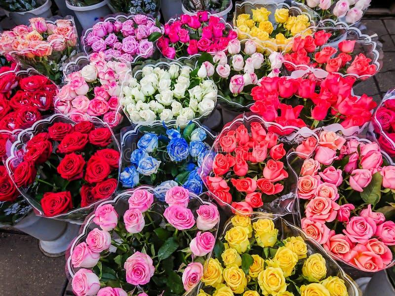 Des bouquets de différentes variétés de roses sont vendus sur le marché en plein air Fleurs multicolores photographie stock
