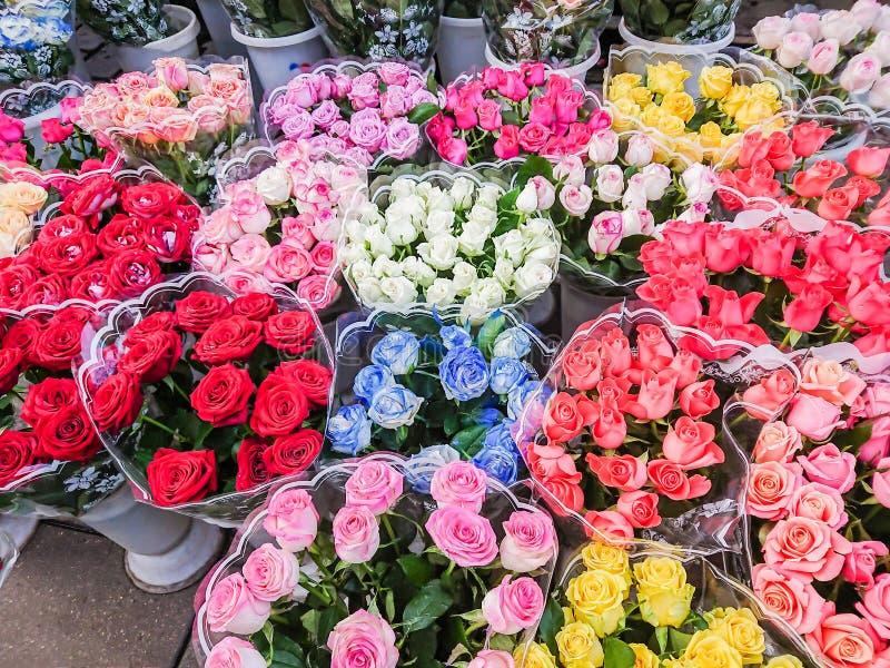 Des bouquets de différentes variétés de roses sont vendus sur le marché en plein air Fleurs multicolores photo libre de droits