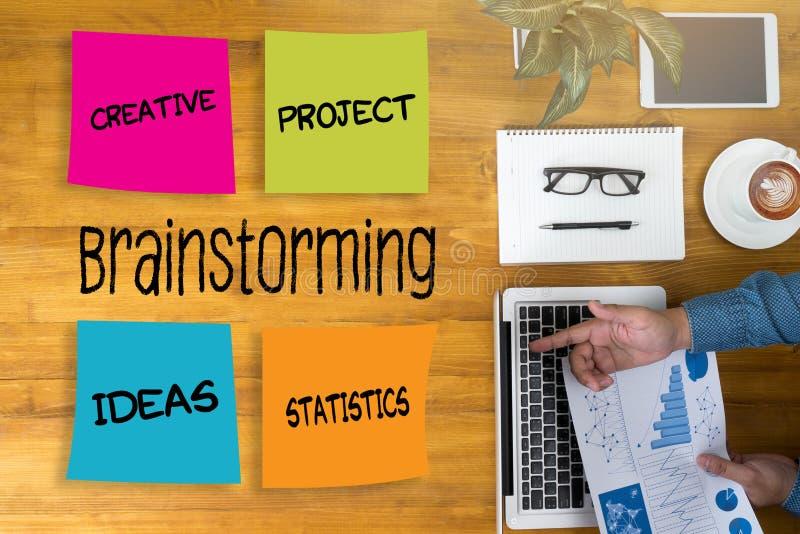 Des Brainstormingleute Arbeitsgruppen-Geschäftsleute Geistesblitz-M stockfoto