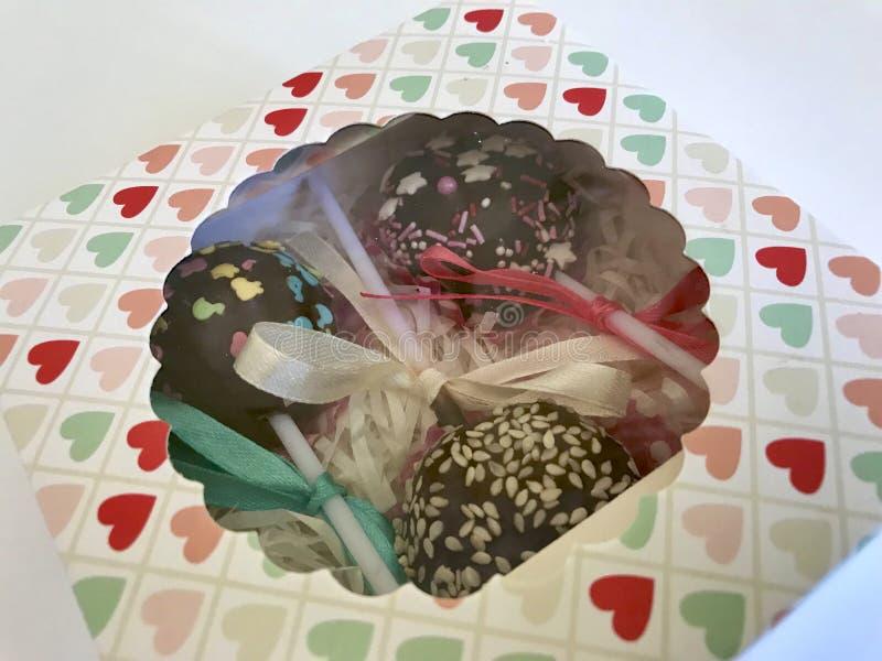 Des bruits de gâteau sont admirablement emballés dans un boîte-cadeau Sur un fond blanc photographie stock