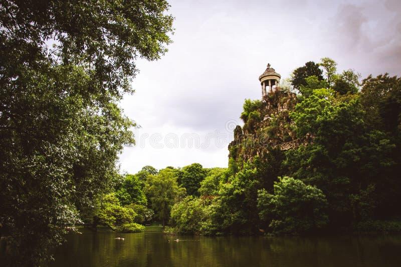 DES Buttes Chaumont de Parc em Paris, França imagens de stock