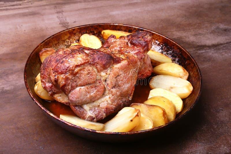 Des côtelettes juteuses de cou de porc sont grillées avec des pommes de terre sur un fond en pierre images stock