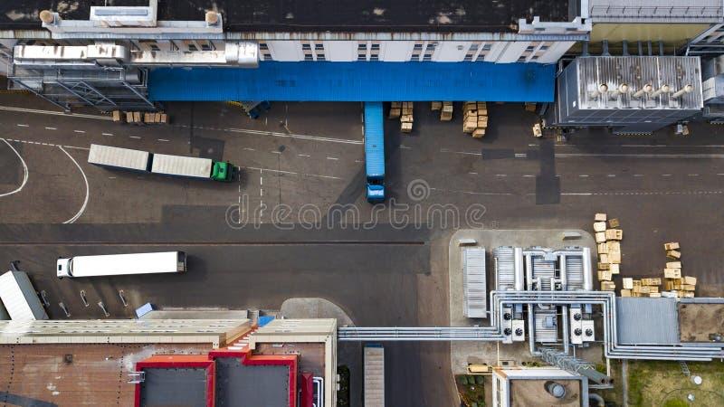Des camions sont chargés à la vue supérieure d'usine photo stock