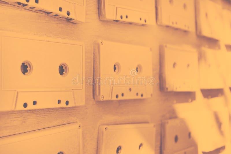 Des cassettes sonores sont couvertes de peinture acrylique blanche Excellent rétro Décor créateur photos stock