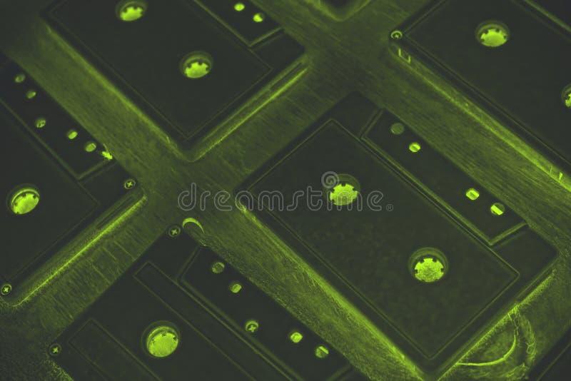 Des cassettes sonores sont couvertes de peinture acrylique blanche Excellent rétro Décor créateur photos libres de droits