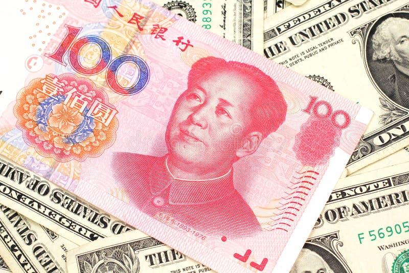 Des cent billets de banque chinois de yuans avec l'Américain billets d'un dollar un images stock