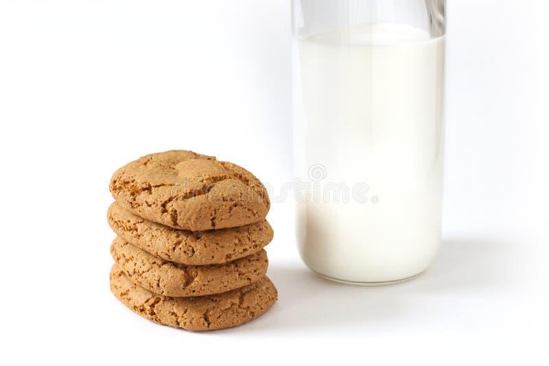Des certains biscuits et bouteille de lait photo stock