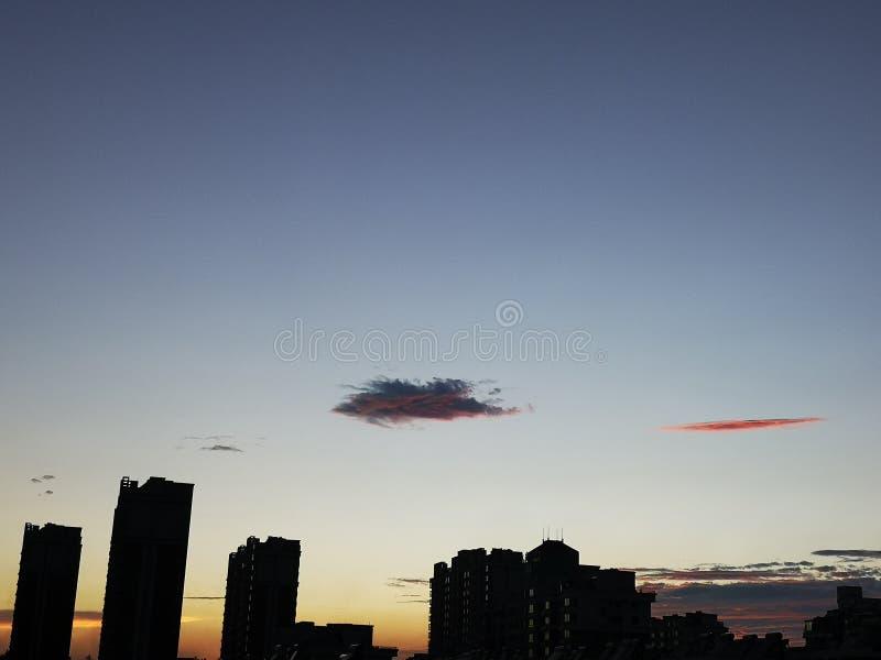 Des certains nuages et bâtiment au crépuscule photographie stock libre de droits