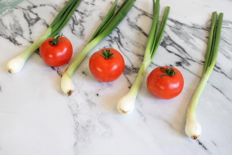 Des certains tomates et oignon frais de ressort images stock