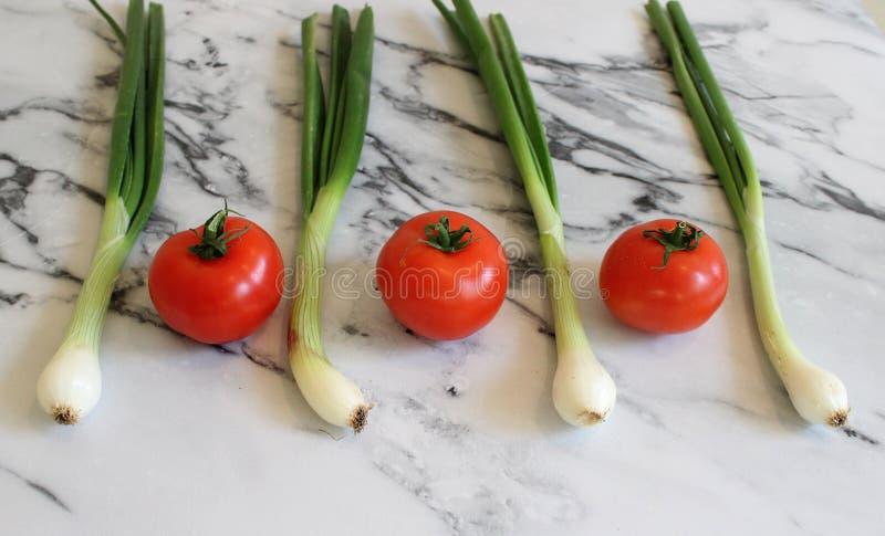 Des certains tomates et oignon frais de ressort photographie stock