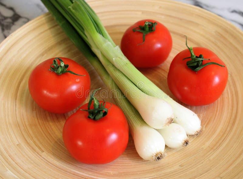 Des certains tomates et oignon frais de ressort photos libres de droits