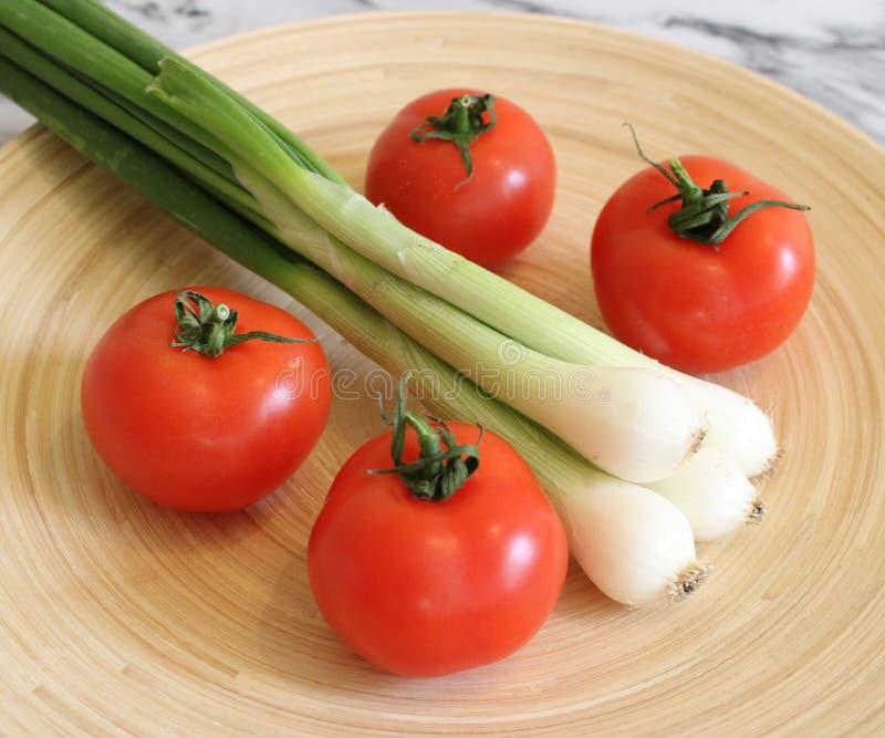 Des certains tomates et oignon frais de ressort images libres de droits