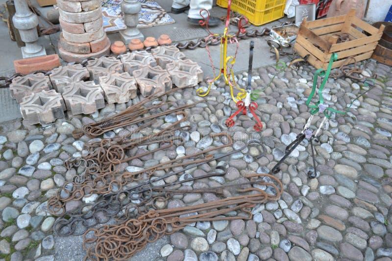 Des chaînes rurales antiques de fer de cheminée de différentes tailles sont exposées en vente image libre de droits