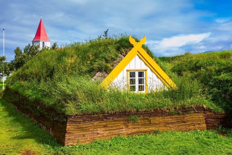 Des Chambres sont couvertes par le gazon et l'herbe image stock