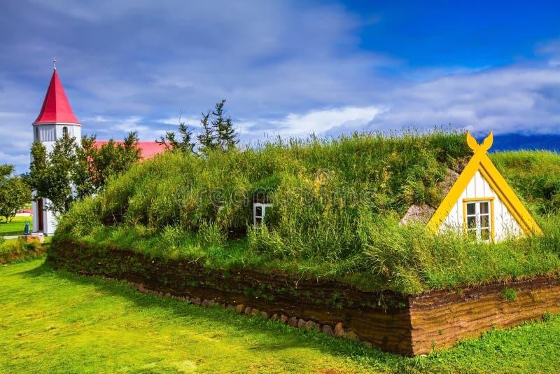 Des Chambres sont couvertes par le gazon et l'herbe photographie stock