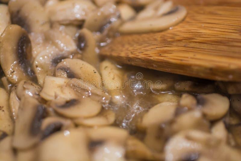 Des champignons sont faits frire dans la casserole photos stock